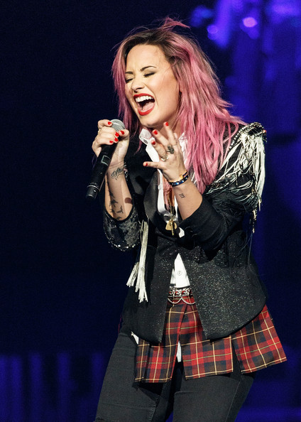 Demi Lovato Goes Back To Bold Pink Hair Color 2