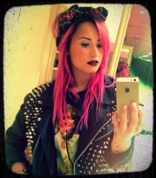 Demi Lovato Goes Back To Bold Pink Hair Color 4
