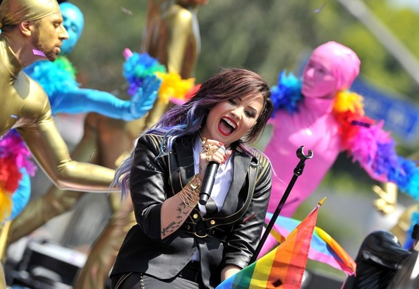 Demi Lovato Brings Back Pastel Dipped Ends 3