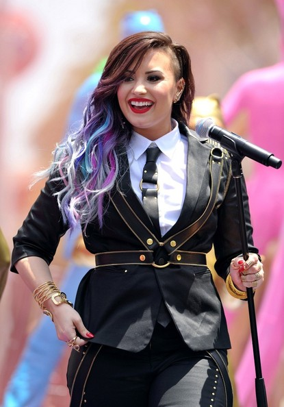 Demi Lovato Brings Back Pastel Dipped Ends 5