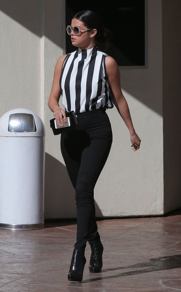 Celebrity Style - Selena Gomez Looks Chic In Black & White 5