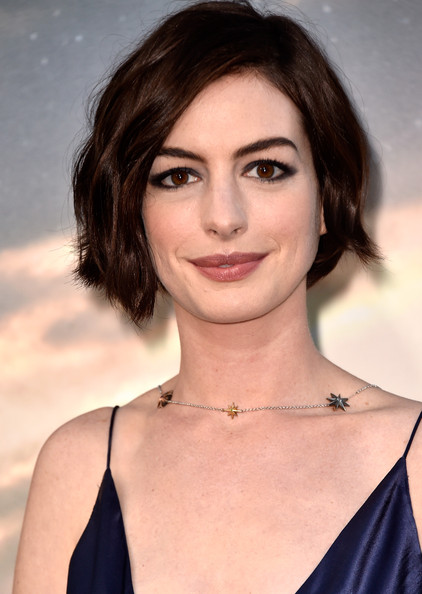 The Bob Rules Again Anne Hathaway And Jessica Simpson Reveal Bob Haircuts Over The Weekend Fashion Trend Seeker