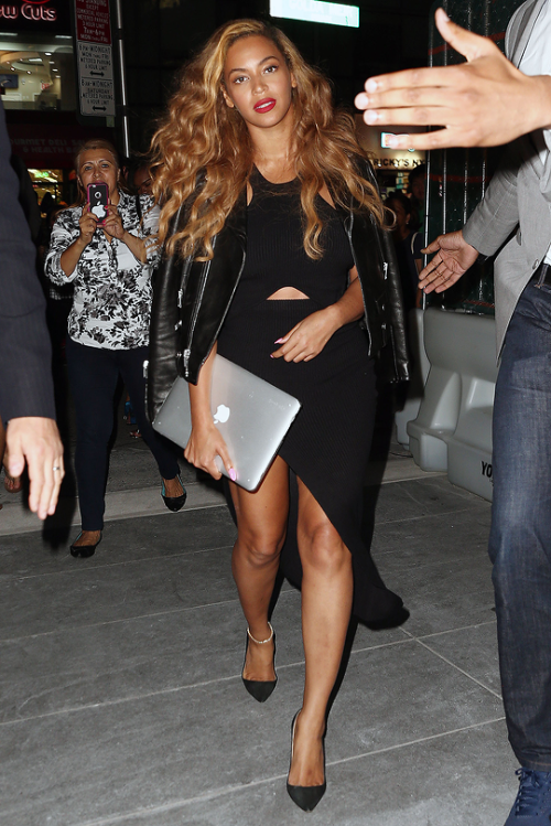 Beyonce Shows Off Her Steams In Black Asymmetrical Dress 2