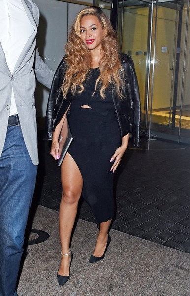 Beyonce Shows Off Her Steams In Black Asymmetrical Dress 3