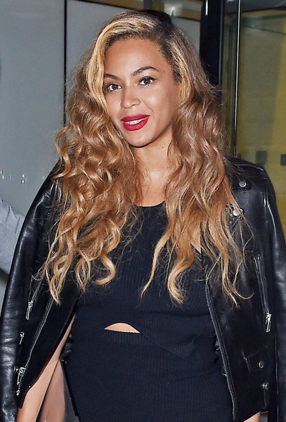 Beyonce Shows Off Her Steams In Black Asymmetrical Dress 4