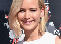 Jennifer Lawrence Goes Trendy With New Platinum Bob Haircut 2